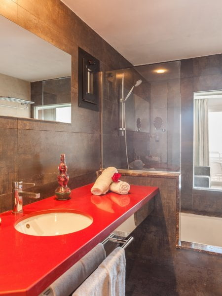 Bathroom with bath in Hotel Vistamar Portocolom | Pierre et Vacances